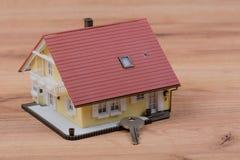 Casa modelo con llave de la puerta imagen de archivo