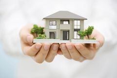 Casa modelo con una mano Imagen de archivo libre de regalías