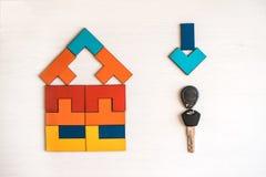 Casa modelo del rompecabezas de madera con llave fotos de archivo libres de regalías