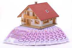 Casa modelo em muitas cédulas do Euro Imagens de Stock