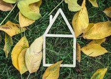 Casa modelo hecha en hierba verde Fotografía de archivo libre de regalías