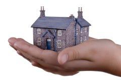 Casa modelo miniatura en la mano Fotos de archivo