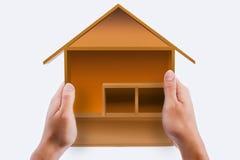A casa modelo nas mãos Fotos de Stock