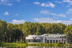 Casa moderna al aire libre imagen de archivo