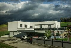 Casa moderna alla campagna in Austria fotografia stock