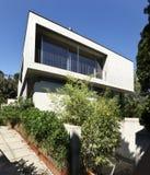 Casa moderna bonita ao ar livre fotografia de stock royalty free