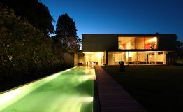 Casa moderna bonita ao ar livre na noite imagens de stock