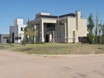 Casa moderna bonita da arquitetura na vizinhança do país foto de stock