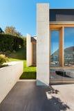 Casa moderna bonita no cimento Fotos de Stock
