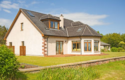 Casa moderna com chaminé e jardim. Foto de Stock