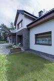 Casa moderna com elevação do tijolo fotografia de stock royalty free