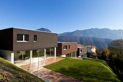 Casa moderna com jardim Imagens de Stock Royalty Free