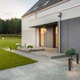 Casa moderna com jardim imagem de stock royalty free