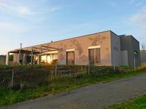Casa moderna com os desenhos na fachada fotografia de stock royalty free