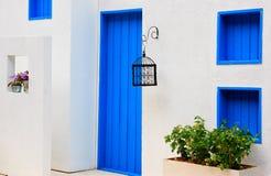 Casa moderna com a porta e o indicador azuis coloridos Fotografia de Stock Royalty Free