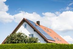 Casa moderna con el sistema fotovoltaico Fotos de archivo libres de regalías