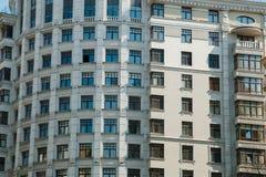 Casa moderna con i lotti delle finestre fotografia stock libera da diritti