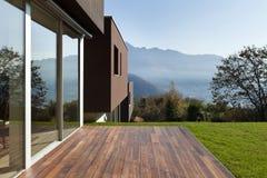 Casa moderna con il giardino Fotografie Stock