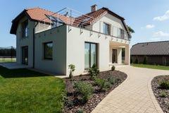 Casa moderna con il giardino Fotografia Stock