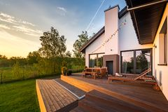 Casa moderna con il patio fotografia stock