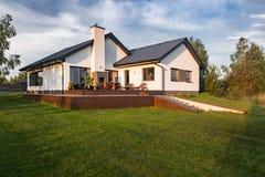 Casa moderna con il patio di legno fotografia stock libera da diritti