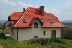 Casa moderna con il tetto rosso Fotografie Stock