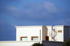 Casa moderna con la escalera espiral Imagenes de archivo