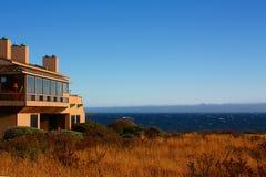 Casa moderna con la opinión sobre el océano Imagen de archivo
