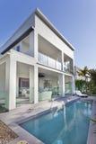 Casa moderna con la piscina imágenes de archivo libres de regalías