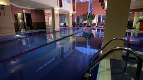 Casa moderna con la piscina Architettura, casa con il giardino, piscina dell'interno Piscine di lusso in a archivi video