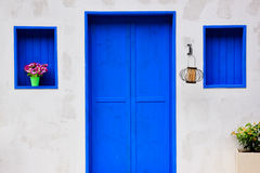 Casa moderna con la puerta y la ventana azules coloridas imagen de archivo