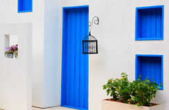 Casa moderna con la puerta y la ventana azules coloridas Fotografía de archivo libre de regalías