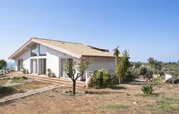Casa moderna con le pareti trasparent Fotografie Stock