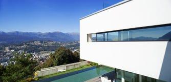 Casa moderna, con lo stagno fotografia stock