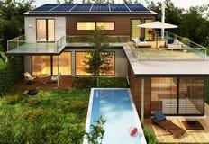 Casa moderna con lo stagno ed i pannelli solari immagine stock libera da diritti