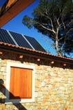 Casa moderna con los paneles solares Imagenes de archivo