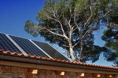 Casa moderna con los paneles solares Fotografía de archivo libre de regalías