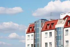 Casa moderna contra el cielo nublado Imagenes de archivo
