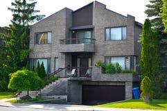 Casa moderna costosa con las ventanas enormes en Montreal Imagenes de archivo