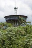 Casa moderna costruita sull'alta struttura in cemento armato in foresta, Bolivia Fotografia Stock