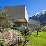 Casa moderna da montanha, fora fotos de stock royalty free
