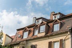 A casa moderna da ripa com chaminé e o telhado iluminam-se Fotos de Stock Royalty Free