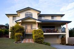 Casa moderna de dois andares fotos de stock royalty free