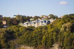 Casa moderna de lujo a la medida en la roca Fotografía de archivo libre de regalías