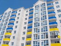 Casa moderna de varios pisos en colores azules y amarillos Foto de archivo