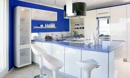 Casa moderna del diseño interior de la cocina blanca azul imagen de archivo