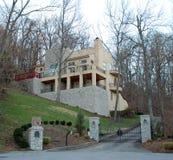 Casa moderna del lusso della pietra del pendio di collina Fotografia Stock Libera da Diritti