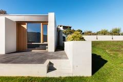 Casa moderna en el cemento foto de archivo libre de regalías