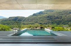 Casa moderna en el cemento, piscina Fotos de archivo