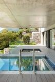 Casa moderna en el cemento, piscina Imagenes de archivo